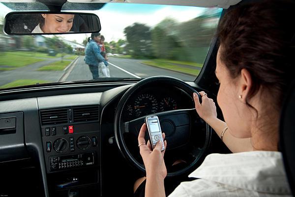 Përdorimi i telefonave gjatë vozitjes mund të shkaktojë vdekjen (Video)